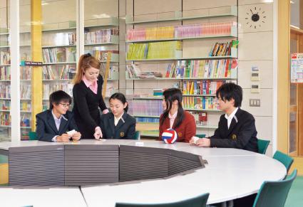 コミュニケーションスペース 日常的な英語教育を実現するため、授業以外にも生徒が英語に親しむ環境を